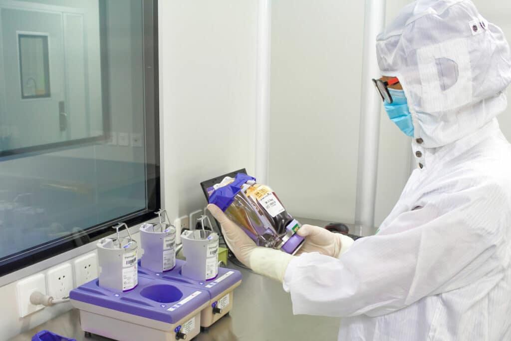 Técnico que testa um pacote da pilha de haste em um laboratório de Beike