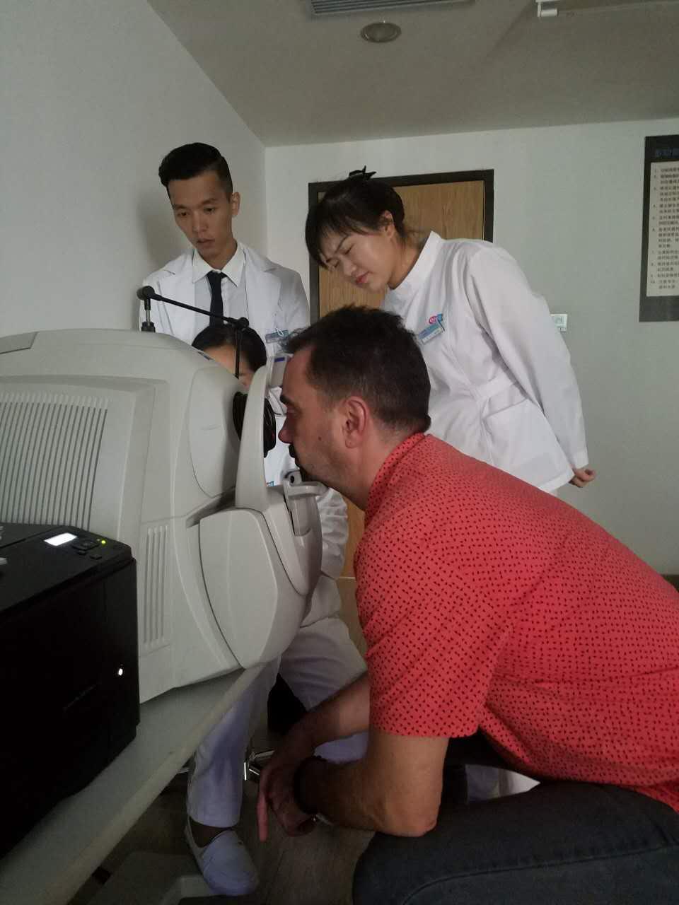 Ovidiu Simion fez um exame de olhos no hospital.
