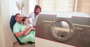 Paciente na câmara de oxigênio hiperbárico HBOT