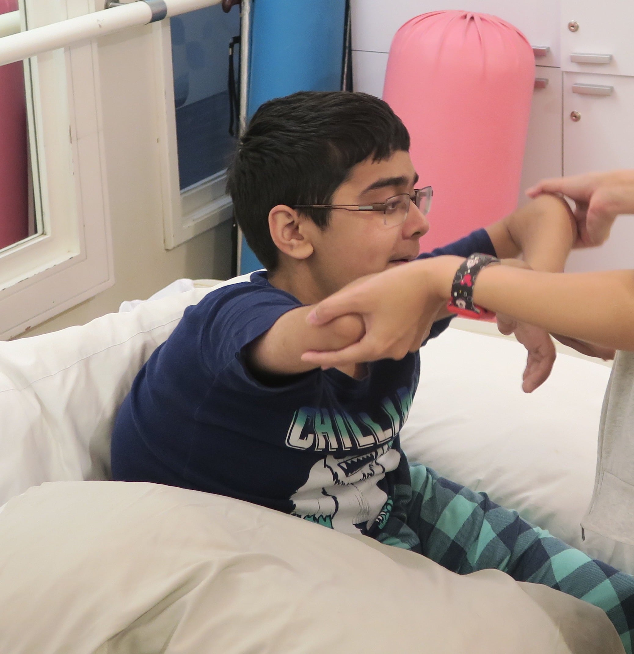 Saif durante uma sessão de fisioterapia
